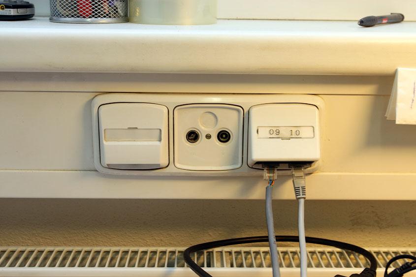 Как установить компьютерную розетку.  Как подключить кабель витых пар к розетке RJ-45 в фотографиях Компьютерные...
